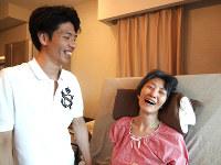 ほほえみあう長澤達朗さん(左)康子さん夫婦。達朗さんは「介護はそれまでの家族関係が影響する」と話した=東京都台東区の自宅で7月9日、榊真理子撮影