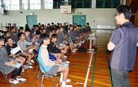 がん教育の授業で梅村医師(右)の話に聴き入る子供たち=和歌山県橋本市の市立応其小で、松野和生撮影