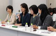 通級指導の教員を一日も早く増やすよう求める母親たち=東京都千代田区の衆議院第1議員会館で