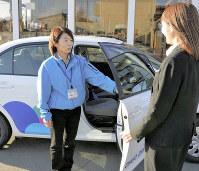 「運転再開の力になりたいが、まだ準備が整っていない」と話す中央自動車学校(盛岡市)の斎藤文恵インストラクター(左)=盛岡市で