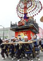 高岡御車山祭の様子=富山県高岡市で2016年5月1日、古川宗撮影