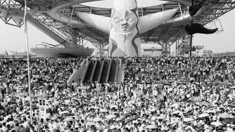 入場者で埋め尽くされた大阪万博の会場=1970年9月6日撮影