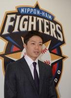 年俸1億円で契約を更改した中島卓也選手=札幌市豊平区で