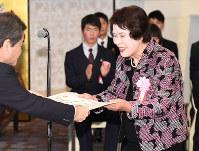 一般部門優秀賞の表彰を受ける中野さん(右)