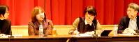 執筆への思いを語るスベトラーナ・アレクシエービッチさん(左)。右端は聞き手の小野正嗣さん=東京都文京区の東京大で2016年11月25日、鶴谷真撮影