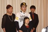 契約合意後、ソフトバンクのユニホーム姿で家族と撮影に応じる古谷選手=北海道帯広市で2016年11月16日、鈴木斉撮影