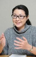 「うれしいコンテンツとしてかっこいい男性のインタビューも増えました。取材にはすべて同行しました(笑い)」と池田直子さん=八木正撮影