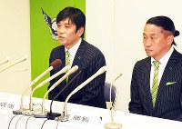 今シーズンを振り返る塚野真樹社長(左)と岡野雅行GM=鳥取市で、園部仁史撮影