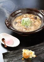きょうの噺は「尻餅」。写真右奥より時計回りに、粟鍋、大根の飯蒸し、お米アイス=大阪市阿倍野区で、望月亮一撮影