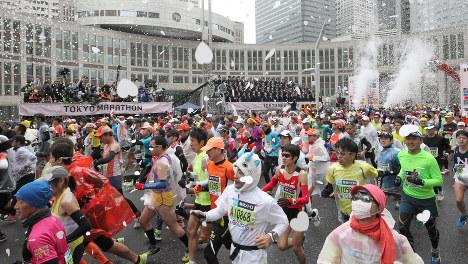 東京都庁前を一斉にスタートする東京マラソン2015参加のランナーたち=東京都新宿区で2015年2月22日(代表撮影)