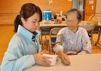 福祉避難所で、保健師(左)に血圧を測ってもらうお年寄り=鳥取県北栄町で、山本愛撮影