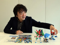 かとう・よういち 1979年、東京都生まれ。脚本家。立教大学在学中から放送作家の仕事を始め、大学中退。後にアニメ専業の脚本家に転向し、現在に至る。関わった主な作品は、「東京マグニチュード8.0」(脚本)、「宇宙兄弟」(シリーズ構成・脚本)、「アイカツ!」(シリーズ構成・脚本)、「妖怪ウォッチ」(シリーズ構成・脚本)などテレビシリーズのほか、「映画 妖怪ウォッチ 誕生の秘密だニャン!」(2014年、脚本)、「劇場版アイカツ!」(同)、「映画 妖怪ウォッチ エンマ大王と5つの物語だニャン!」(15年、脚本)、「ルドルフとイッパイアッテナ」(16年、 脚本)など=東京都中野区で2016年11月15日、最上聡撮影