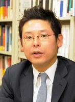 インタビューに答える神戸大大学院准教授の近藤正基さん=神戸市灘区の同大で、棚部秀行撮影