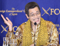 Pikotaro entertains the audience at a Foreign Correspondents' Club of Japan press conference on Oct. 28, 2016. (Mainichi)
