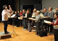 佐々木さん(左)の指揮で練習に励む市民ら