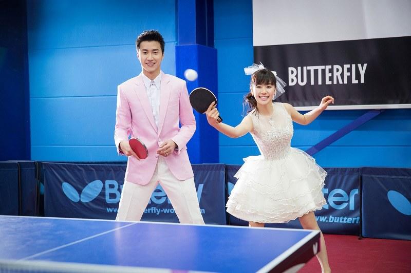 かわいらしいウエディングドレス姿で、夫の江宏傑選手(左)と卓球を