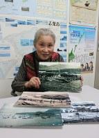 色丹島の自宅近くにあった捕鯨場の写真を手にする小田島梶子さん=札幌市中央区で