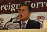 外国メディア向けの記者会見をする文在寅氏=ソウル市内で2016年12月15日、大貫智子撮影
