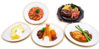 写真ではおいしそうな料理にしか見えないが、もちろん全部食品サンプル=大阪市東住吉区西今川1のいわさきで、亀田早苗撮影