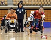 Rio Paralympics participant Takayuki Hirose, right, throws a ball at a boccia tournament in Japan on Nov. 26, 2016. (Mainichi)