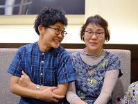 会話の絶えない福井瑞穂さん(左)と母明子さん=高松市内で、伊藤遥撮影