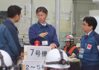 東京電力柏崎刈羽原発の防災訓練を視察する桜井市長(中央)=柏崎市で