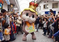 ゆるキャラグランプリで日本一になった現しんじょう君=高知市の帯屋町商店街で、松原由佳撮影