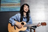 ギターを手にした山崎ハコさん=森田剛史撮影