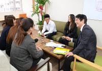 カフェのような落ち着いた空間で学ぶ障害者ビジネススクール「カラフル・金沢」。右端が榎敏弘さん=金沢市本町2で、道岡美波撮影