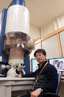研究に欠かせない高倍率の電子顕微鏡を説明する、海洋研究開発機構高知コア研究所主任研究員の富岡尚敬さん=高知県南国市物部乙の同研究所で、柴山雄太撮影
