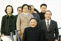 中国軍内部で山東省出身者が出世するようになったきっかけは、トウ小平氏の秘書だった王瑞林氏の存在とされる。写真は日中平和友好条約の批准書交換式に来日したトウ副首相(当時、中央)。右は出迎えた園田直外相=東京都大田区の羽田空港で1978年10月22日