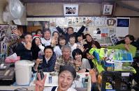 こばやしでの忘年会は、笑顔の花が咲いた。おかあさん(手前)もピースサイン=大阪市此花区で2016年12月10日、松井宏員撮影