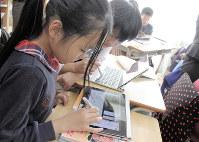 タブレット画面に表示された国語の教科書。文章をカードのように切り抜き、説明文の構造を学ぶ=東京都杉並区立天沼小学校で