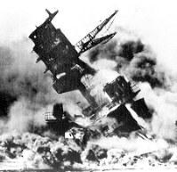 1941年12月の真珠湾攻撃で炎上する米戦艦アリゾナ=UPI