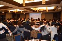 本番終了後に行われた「100人のヴォーネン会」で第九を合唱する1万人の第九合唱団のメンバー=ホテルモントレ ラ・スール大阪(大阪市中央区)で2016年12月4日、西田佐保子撮影