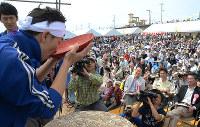 2014年のどろめ祭りで、大杯を一気に傾ける男性=高知県香南市赤岡町の赤岡海浜で、岩間理紀撮影