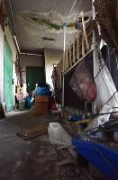 共用廊下に大量のごみが放置されたマンション=神戸市で、西本勝撮影