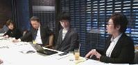 [開かれた新聞委員会」に臨む(右から)鈴木秀美氏、荻上チキ氏、池上彰氏、吉永みち子氏=東京都千代田区で