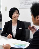 部下の話に耳を傾ける富澤五月さん=和歌山市吉田で、成田有佳撮影