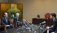 米山隆一知事(右)と会談する東京電力ホールディングスの(左から)数土文夫会長と広瀬直己社長=新潟市中央区の県庁で