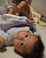 おむつ替えする赤ちゃん。うんちがちゃんと出ているかどうかは保護者の大きな関心事だ=稲田佳代撮影
