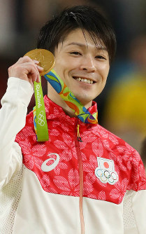 Kohei Uchimura holds the gold medal in men's solo gymnastics at the Rio de Janeiro Olympics, on Aug. 10, 2016. (Mainichi)