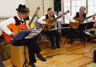 演奏する「シルバーサンセット」のメンバー=名古屋市緑区の緑福祉会館で