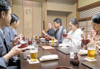 思い思いの着物で集う「そぞろ和会」。土屋秋恆さん(右から4人目)を中心に話題は広がる=東京都品川区で