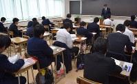 入学試験開始時間を待つ受験生たち。緊張を感じていても焦らず力を発揮したい=東京都千代田区の日比谷高校で昨年2月、稲田佳代撮影
