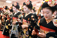 Geisha and apprentice geisha recite New Year's resolutions in unison in Kyoto's Higashiyama Ward on Jan. 7, 2017. (Mainichi)