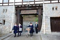 四国初の女学校、松山東雲中学・高校の正門=松山市大街道3で、黒川優撮影