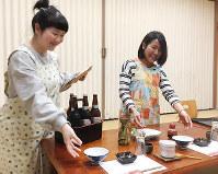 配膳の練習をする周さん(左)と潘さん=福井県若狭町で、高橋一隆撮影