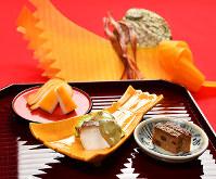 きょうの噺は「祝いのし」。写真左より、イカの黄身焼き、アワビの酒蒸し、鶏ののし焼き=大阪市阿倍野区で、小関勉撮影