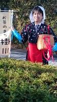 王将戦開催地として定着した掛川市のPRに協力した久保利明九段=JR掛川駅前で